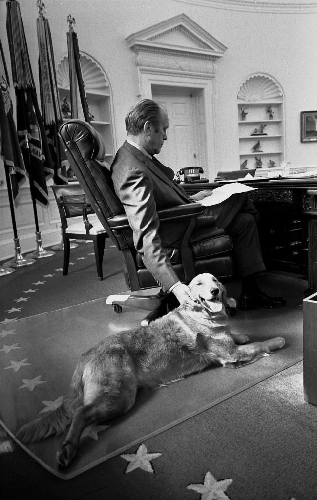 Presidente Ford e seu golden retriever, Liberty, no Salão Oval em novembro de 1974.
