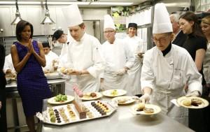 Michelle Obama experimenta os pratos dos chefs para aprovar o cardápio de um jantar com governadores americanos.
