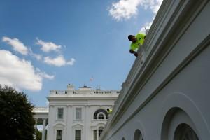 Trabalhadores retocando a pintura da Casa Branca em agosto de 2014.
